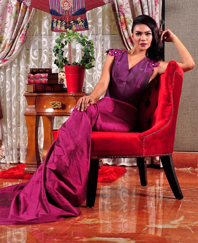 Long dress warna ungu juga nggak kalah oke, lho. Tampilkan sosok anggun dan ceriamu yang sesungguhnya