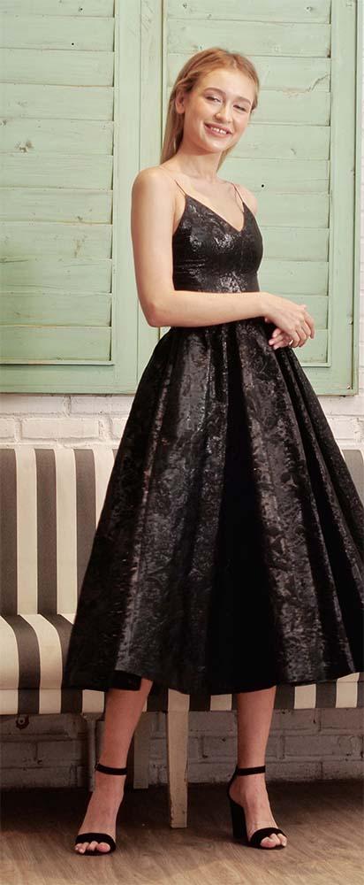 Mini dress memang tidak pernah salah demi tampil cute di pesta. Mix and match dengan ikat pinggang kecil supaya kamu terlihat lebih langsing dan elegan.