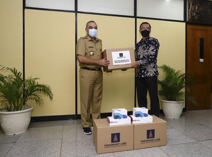 Ervan Adi Nugroho, Presiden Direktur Paramount Land menyerahkan bantuan reagen PCR dan alat tes antigen kepada Bupati Tangerang, A Zaki Iskandar di kantor Pemerintah Kabupaten Tangerang./ Foto: Paramount Land