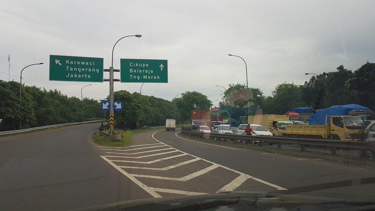 Jalan tol menuju ke Tangerang