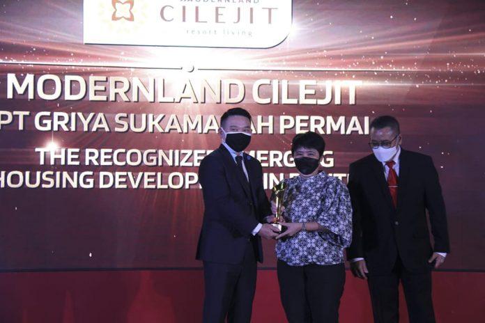Christine Natadipraja, President Billionaire Club yang merupakan Marketing Channel yang dimiliki PT Modernland Realty Tbk, saat menerima trophy penghargaan Properti Indonesia Award 2021